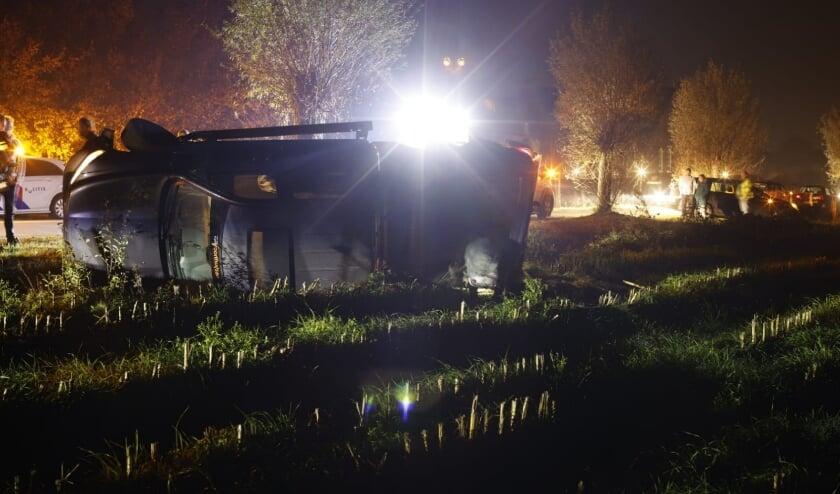 Auto op zijn kant in Lunteren: bestuurder mogelijk onder invloed [EDE] Aan de Westzoom in Lunteren heeft zaterdagavond een ongeval plaatsgevonden.