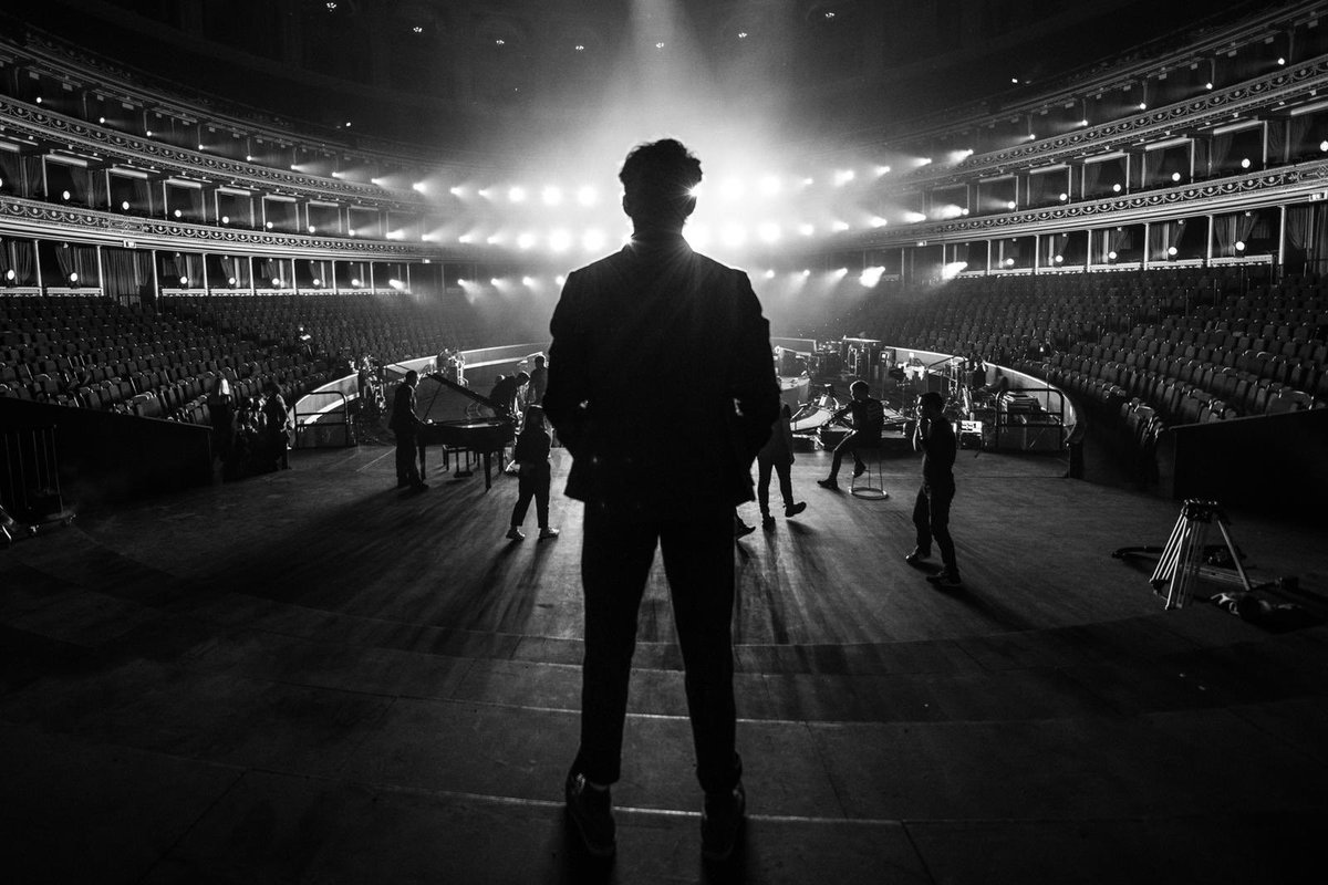 15 minutes to go @RoyalAlbertHall   Last chance to get tickets    #NiallLiveAtRAH