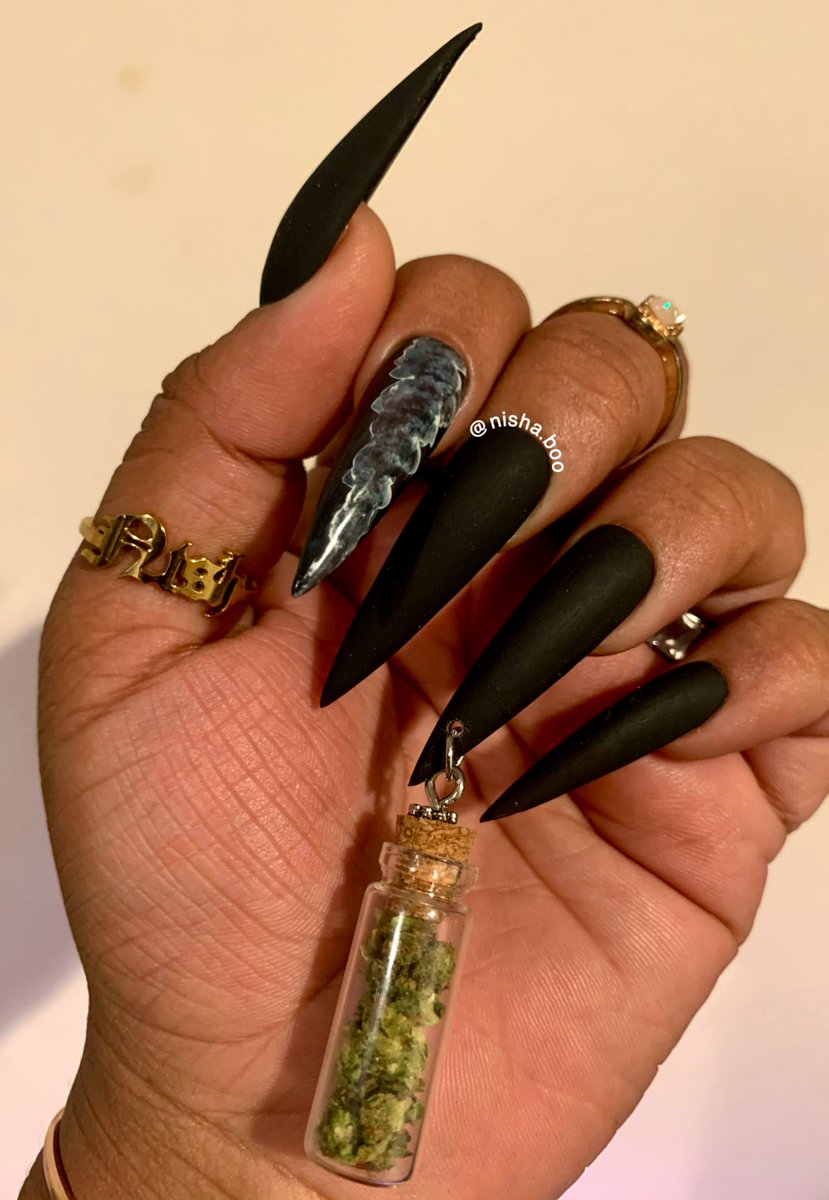 bet you ain't never met a woman that stashed bud in her claws 🥵💨