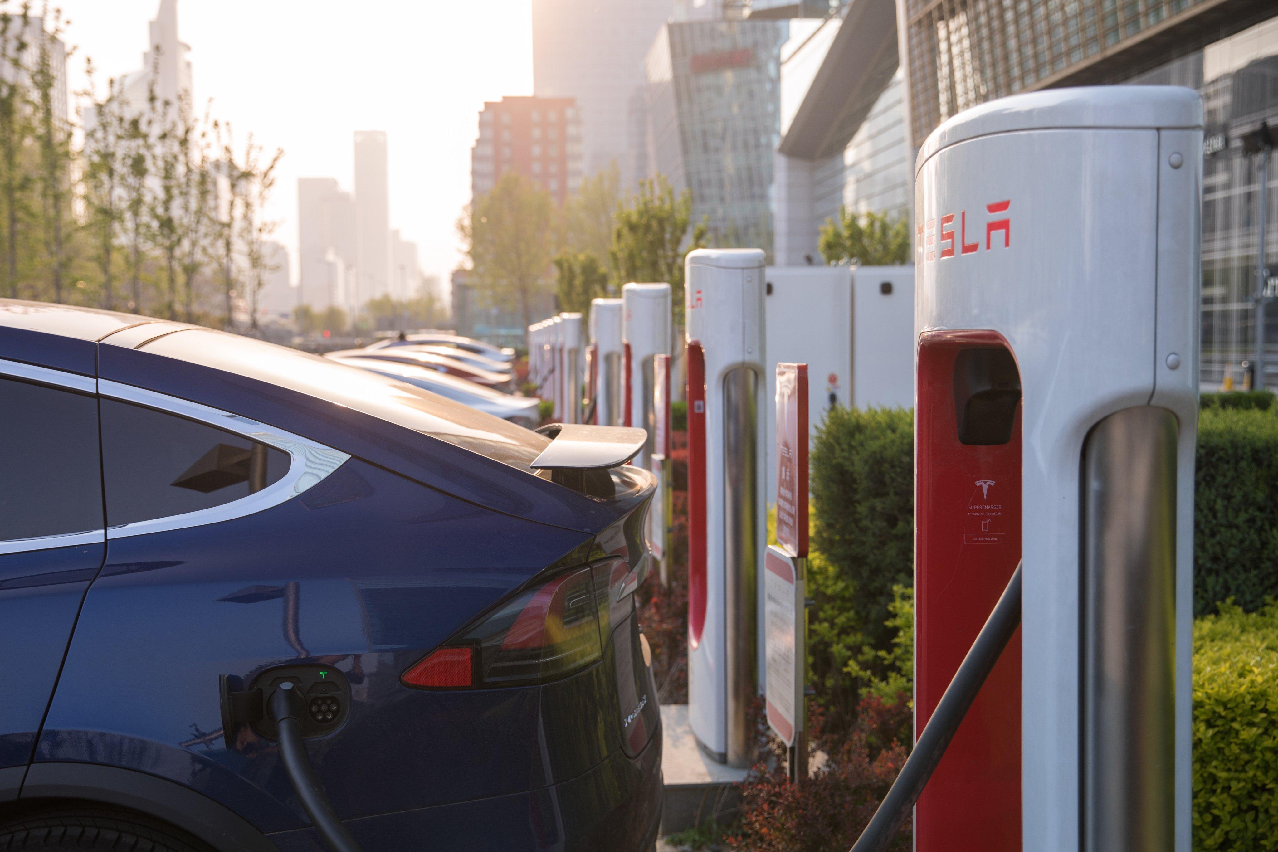 Proses pengisian energi mobil listrik (Foto via Twitter @Tesla)