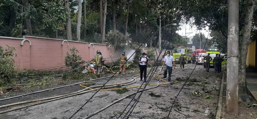 Elementos de @bomberosmuni y el alcalde Ricardo Quiñónez llegan al sector en el cual se desplomó una avioneta en la zona 9.  Esta colaboraba en el traslado de ayuda humanitaria para los afectados por la depresión tropical Eta.  #AGuatemalaNadaLaDetiene🇬🇹 #JuntosSaldremosAdelante