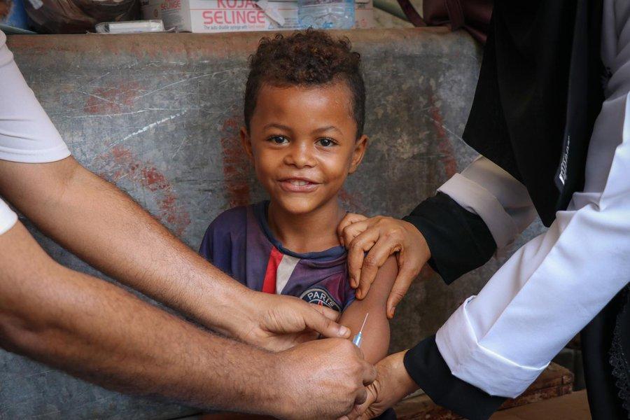 ¡Buenos días! Algo tan pequeño como el frasco de una vacuna es un escudo protector contra virus y bacterias causantes de enfermedades como el sarampión o la polio. ¡Únete a nosotros y ayúdanos a seguir salvando vidas con #PequeñasSoluciones! 👉