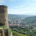 Image for the Tweet beginning: オルヴィエートは丘の上にあり、城壁で囲まれているので「天空の街」とも呼ばれています。城壁を一周しようと思って試したことがあるのですが、城壁の大半が個人宅に面しているのでグルリ1周はできませんでした😥 #オルヴィエート #Olvieto #教会 #大聖堂 #イタリア