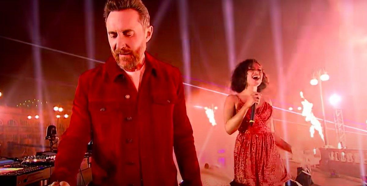 """.@davidguetta et @raye ont mis le feu aux #MTVEMA avec un light show magique pour """"Let's Love"""" ➡"""