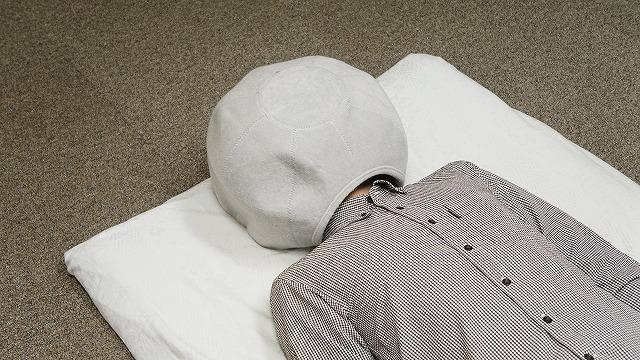 推主小野法師丸最近在找著舒服的睡覺用頭套,最後發現貓窩是最舒服的。 EmYvUmSVcAIlJJQ