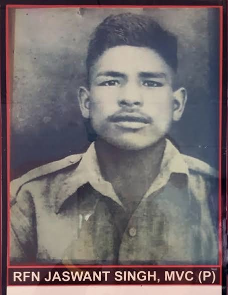Humble tributes to Rifleman #JaswantSinghRawat Ji of #GarhwalRifles on his death anniversary. He died fighting 300 enemy soldiers for 72 hours during the 1962 war in the Battle of Nuranang in Arunachal. For his indomitable courage, he was awarded #MahaVirChakra posthumously. https://t.co/k5HZmu7VtG