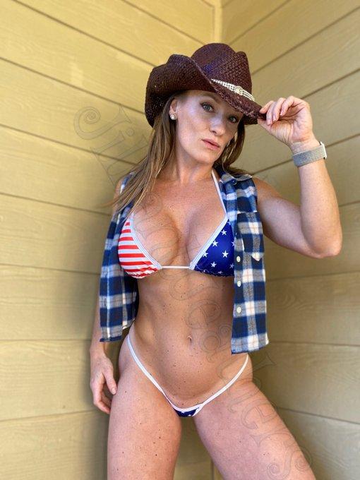 1 pic. Boots or bust. How do you like my new bikini? ☺️ https://t.co/tfEiqKukdk