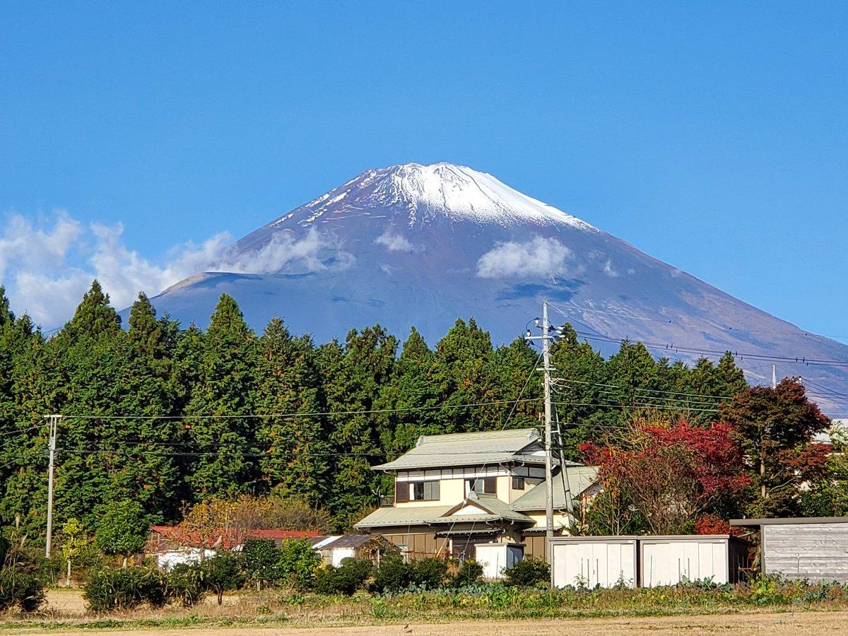 日曜日の昼から久しぶりに実家に遺品整理でゴミ捨てなんだけど、昨日は富士山🗻キレイでしたちなみに写真の左下にある電線の上辺りがイエティ夜あかりついてました
