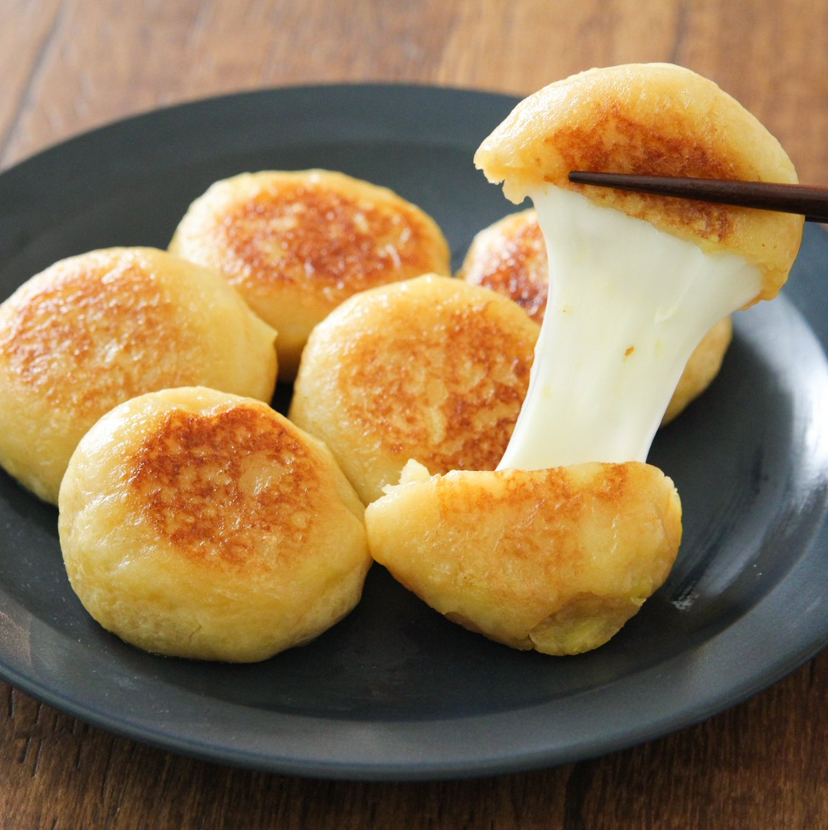 この伸びるチーズいももち無限に食べてたいくらいハマる…うま味調味料で芋の甘み&コク増します。芋300g5分程チンし潰しうま味調味料3ふり、醤油大さじ1/2、牛乳・片栗粉各大さじ3混ぜ6等分し、さけるタイプのチーズ2本分をのせ包んで厚さ1cmの平たい丸に整え、バター10g熱したフライパンで焼く。