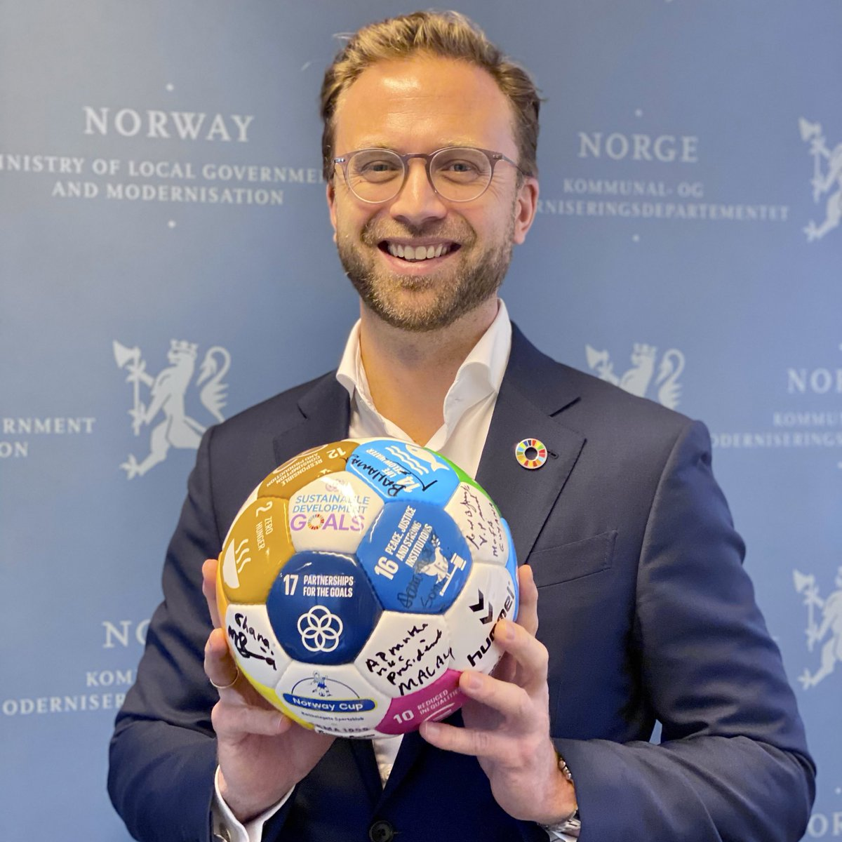 "Nikolai Astrup on Twitter: ""Thanks @erna_solberg! I #taketheball because we have only ten years left to achieve the #GlobalGoals ? Achieving the goals will require innovative partnerships that bring together public sector,"