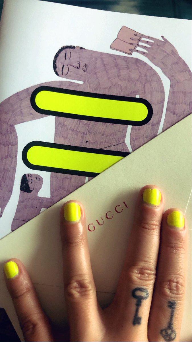 Combinou com tudo essa segunda edição do zine #chimeforchange da @gucci que chegou aqui em casa belíssima 🖤 Amo / coleciono!