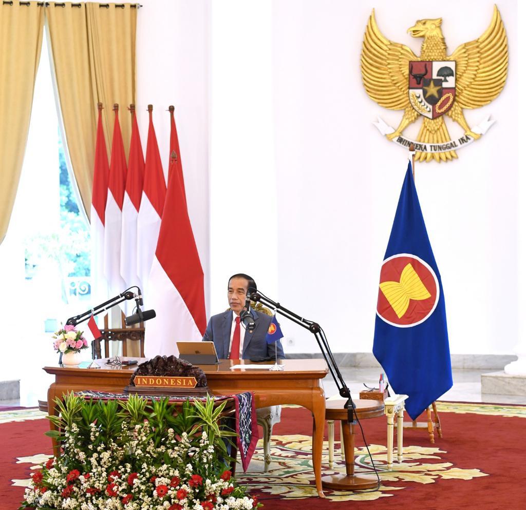 Seharian ini, dari Istana Bogor, saya menghadiri KTT ke-37 ASEAN secara virtual dengan tuan rumah Vietnam.   Rangkaian KTT membahas langkah bersama untuk mencegah dampak lebih luas pandemi ini bagi kawasan dengan menekankan prioritas kerja sama di 2021, khususnya terkait vaksin.