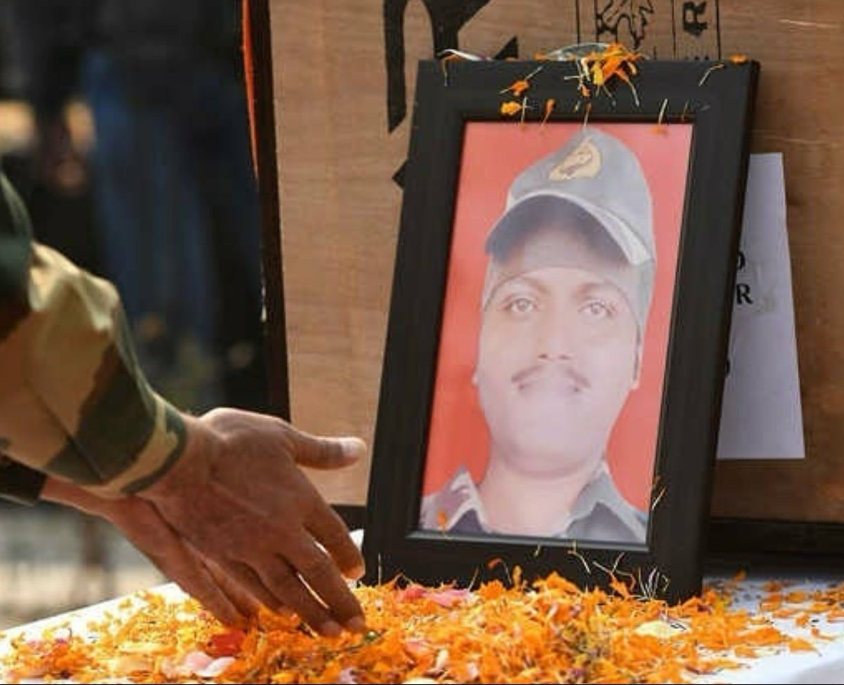 Shaheed Constable Sudip Sarkar of @BSF_India who showed indomitable spirit & valour while fighting against militants at LOC ,#Kupwara was given full state honors at his wreath-laying ceremony. His supreme sacrifice for the nation will always inspire us. Jai Hind🇮🇳 @adgpi