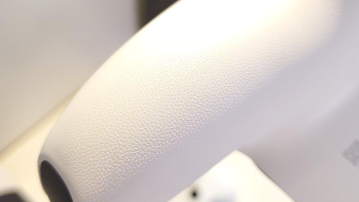PS5コントローラーの滑り止めのザラザラ、拡大すると本当に○☓△□マークだ……