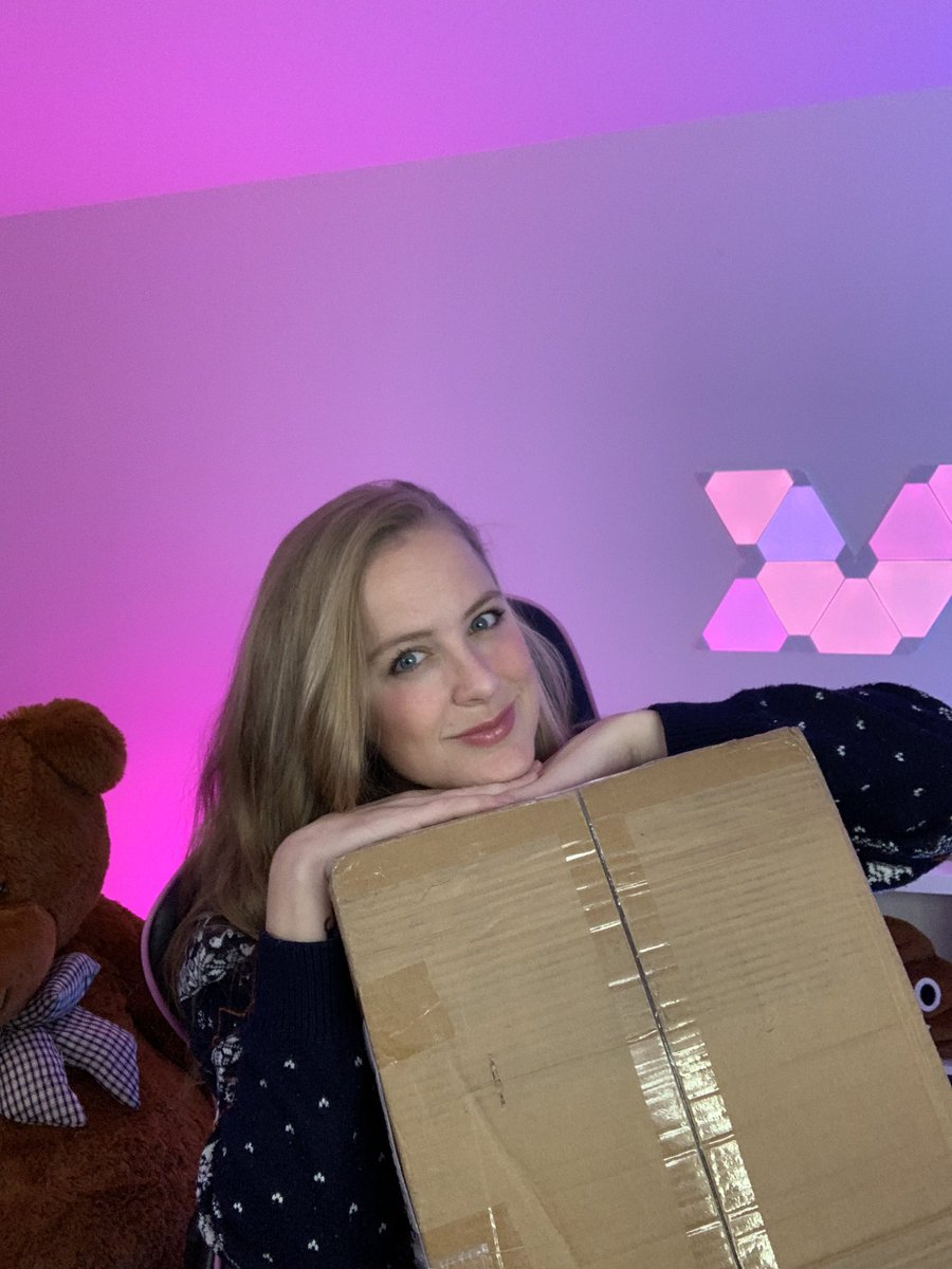 Arianna - I got a huge package from @Warcraft with a lot of goodies in it that I will give away to you guys. If you're curious what inside the box, I'll open it on stream right now!