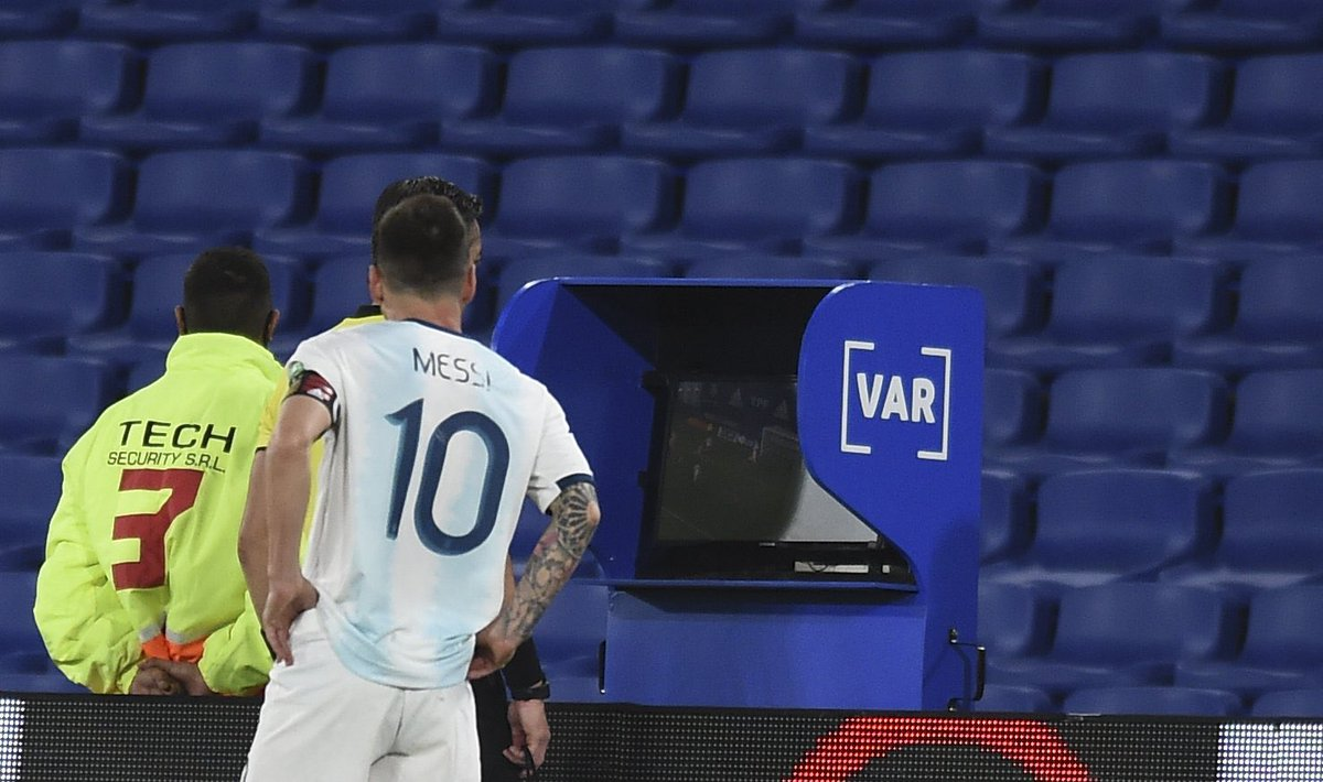 VAR ruled out Argentina's goal due to a foul by González 🇦🇷 60 meters from the goal and even with Argentina having quite a few passes in the build up but they failed to see this in the first half while the penalty was being taken. 👀 #ARGPAR #VAR