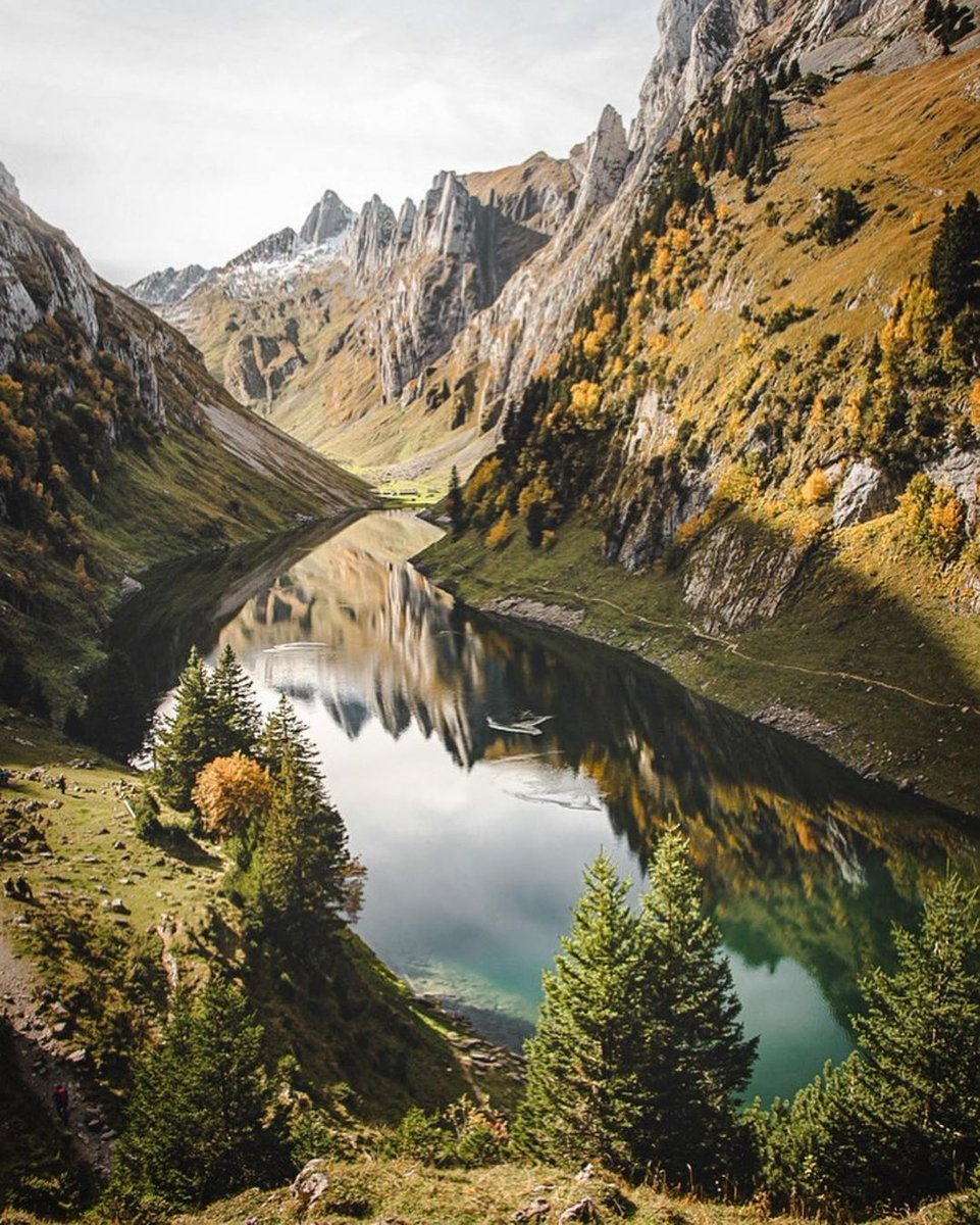 Would you dare to dive into this mountain lake in the autumn? No doubt a reinvigorating experience – but also a real privilege to swim against such an impressive mountain backdrop.   📷:   #IMissSwitzerland