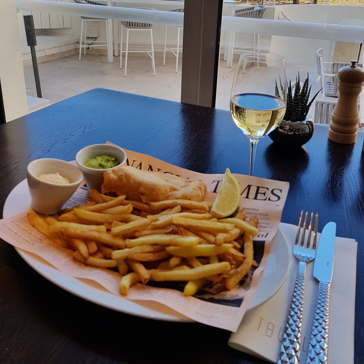 Our restaurant @TavoloMC proposes Fish and Chips, available every Friday in addition to our 'ardoise menu'. Tavolo is open from 12pm to 2.30pm, Mondays to Fridays.