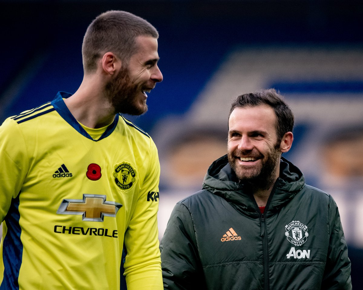 Find someone who looks at you the way @JuanMata8 looks at @D_DeGea 🥰  #MUFC