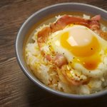 ぱぱっと作れて朝ごはんに丁度良さそう!簡単すぎるベーコンエッグ丼の作り方!