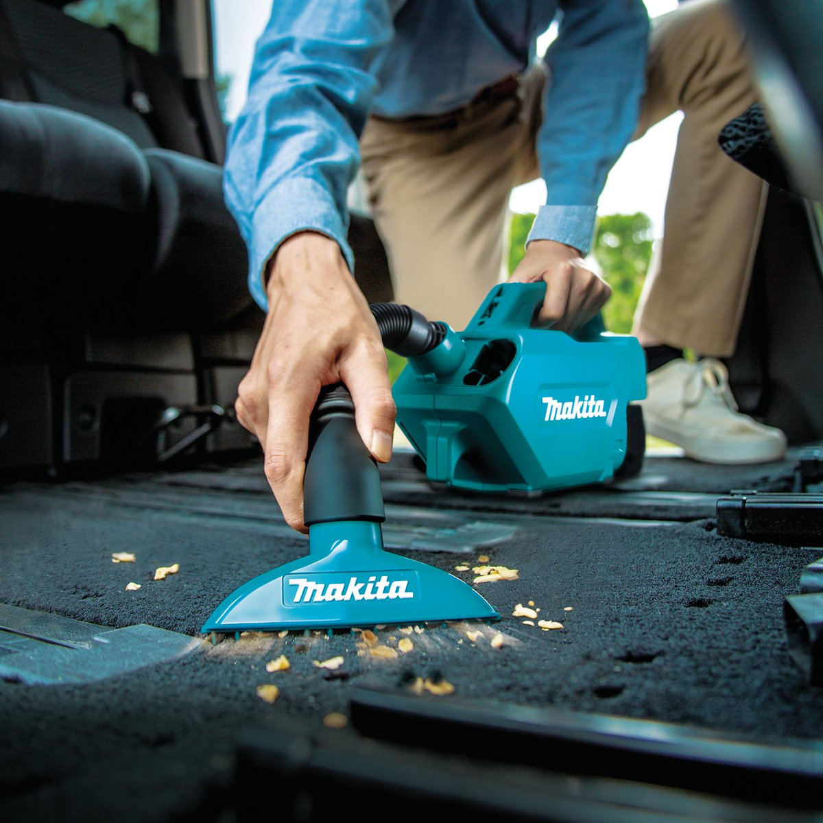 """The 18V LXT Compact Handheld Canister Vacuum is versatile and portable to handle quick clean-ups and car interior cleaning. It delivers 49 CFM and up to 40 minutes of continuous run time with a fully charged 1.5Ah Battery (BL1815). Hose extends to 40-1/2""""."""