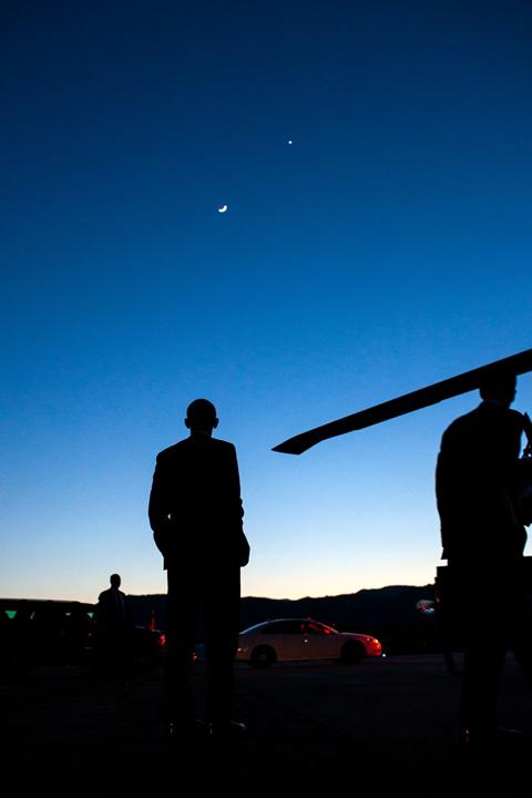 Barrack Obama hledí na noční obloze na Venuši.