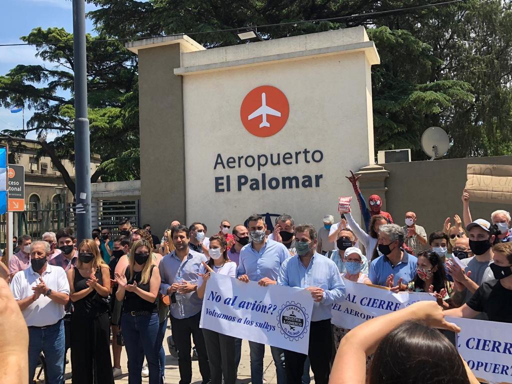 """Sebastián Salvador's tweet - """"Los legisladores de JxC y vecinos acompañamos  a los trabajadores del Aeropuerto El Palomar en su reclamo para que reabra  y vuelva a dar empleo y progreso. El"""