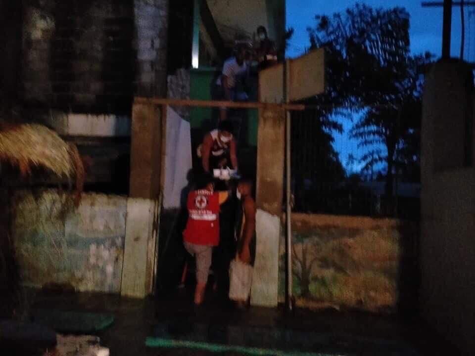 HOUSE-TO-HOUSE DISTRIBUTION. Upang masiguro na lahat ay mababahagian ng hotmeals, nagbahay-bahay na rin ang ating Cagayan volunteers at staff sa Balzain East Centro 11, Tuguegarao City.  #RedCrossRescue #CagayanNeedsHelp #KayaYanCagayan