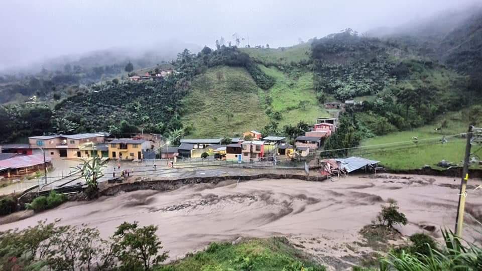 #SOSChocó El Chocó quedó incomunicado, el río Atrato se creció y se llevó la paupérrima carretera Medellín-Quibdó; inundó varios municipios Lloró y Bagadó. Otros ríos como el San Juan y afluentes inundaron Itsmina, Andagoya y Condoto. Se esperan más afectaciones. Estamos llevados