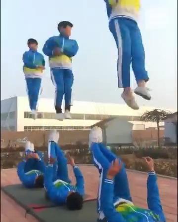 شاهد.. حركات احترافية في منتهى التوازن واللياقة لأطفال في #الصين 😍🤩 #صباح_العربية