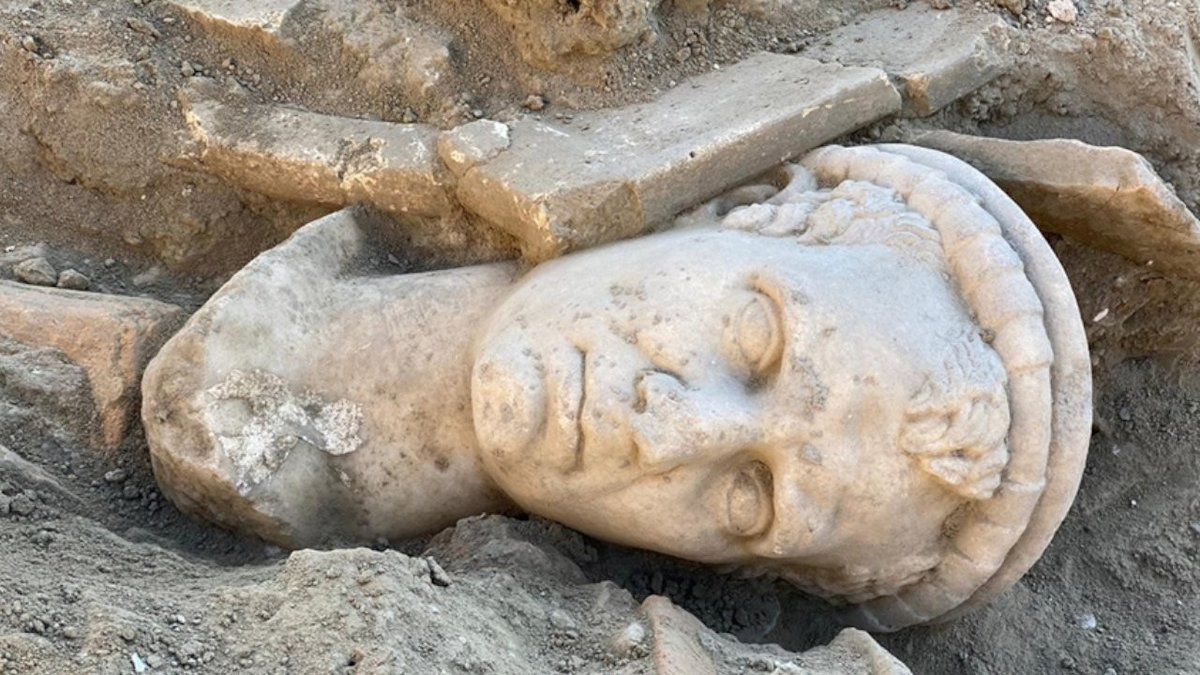 Denizli'deki Laodikya Antik Kenti'nde 2 bin yıllık rahip başı heykeli bulundu Denizli'deki Laodikya Antik Kenti'nde 2 bin yıllıkolduğu değerlendirilenrahip başı heykelibulundu. Bölgedeki kazı ve restorasyon çalışmaları devam ediyor. https://t.co/huPVF3PRQE https://t.co/c7XE8uCiBg