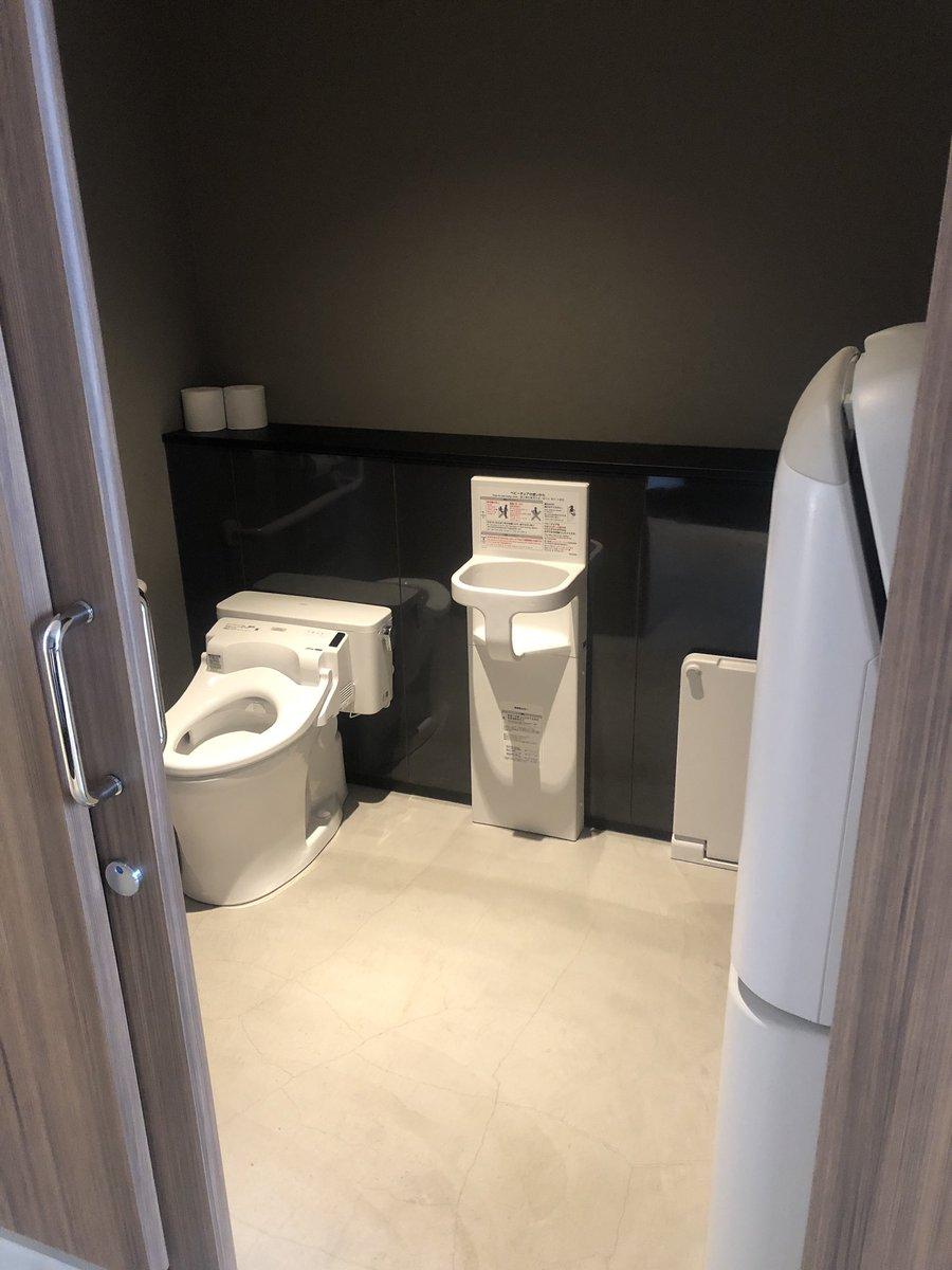 初めてベビーチェアーとおむつ交換台がある男子トイレを見つけた!さすが立川!しかも、つかまり立ちでオムツ替える用の台もある!うちの息子はじっとしてないのでこれがあると助かる。さすが立川。こういうトイレがある町は、安心して息子と散歩できる。