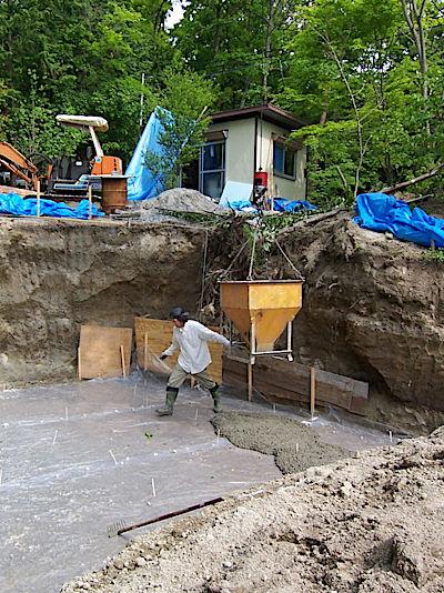 コンクリートは生もの どんどん固まってきます  乾くので水を入れれば良いかと思うけど それは強度が落ちるので厳禁😖  早くしないと 頭の上に次のバケットが待ってるよ~  子供たちもみんなで コテコテコテコテ 鏝押さえ😁  #ドームハウス #セルフビルド #家づくり #森で家建てる #基礎工事 https://t.co/NV7BM9xoWh