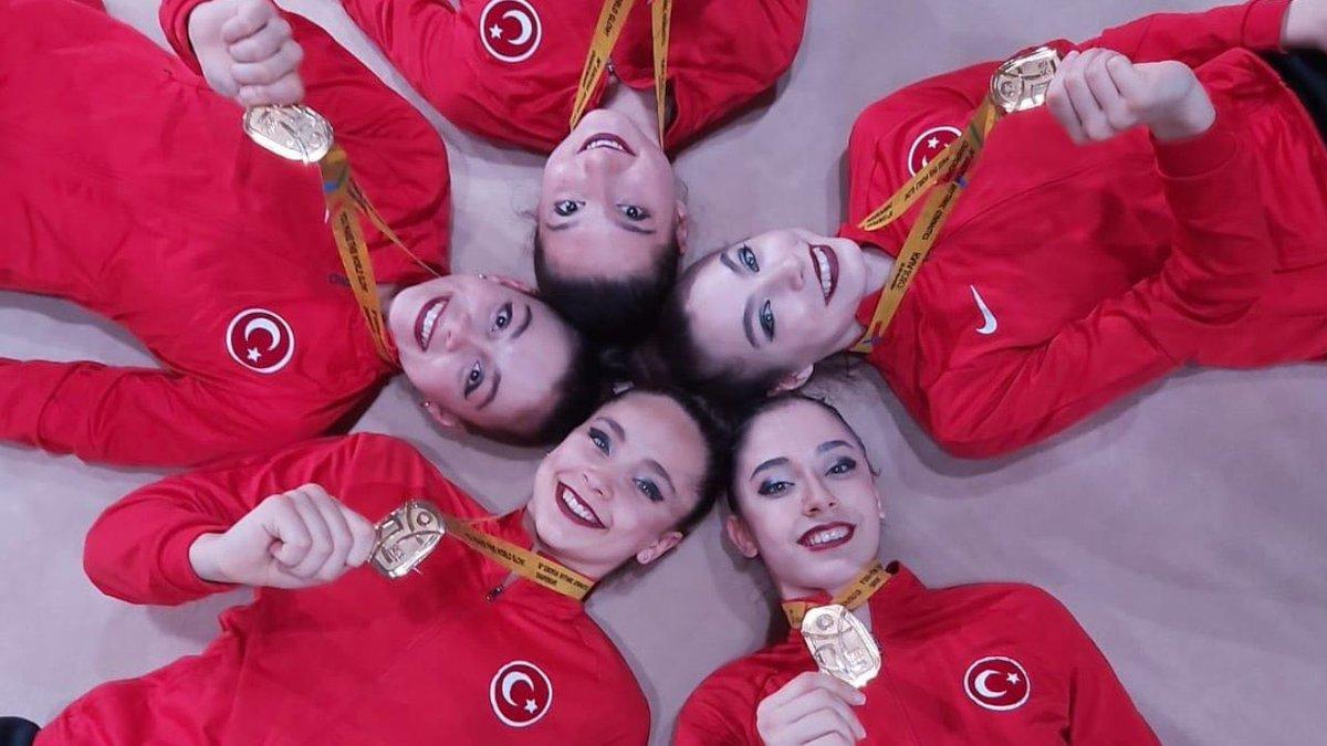 Kadın Ritmik Cimnastik Grup Milli Takımı, '3 çember 2 labut' aletinde Avrupa şampiyonu oldu.Duygu Doğan, Azra Akıncı, Peri Berker, Nil Karabina ve Eda Asar kardeşlerimizi kutlarım, başarıları daim olsun.