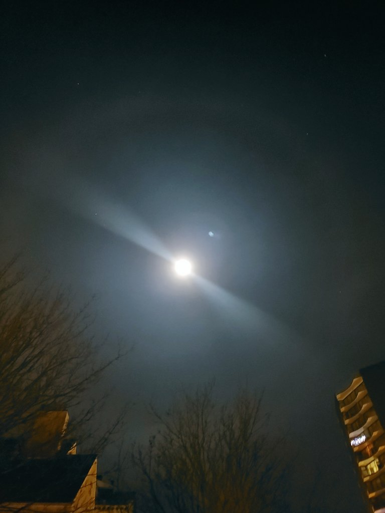 Although hard to capture on a mobile phone, and zero chance of video because of weak glow under perfect night conditions moon has a halo. Just like right now over #Vancouver. @weathernetwork   @miawgordon  . #moon #night