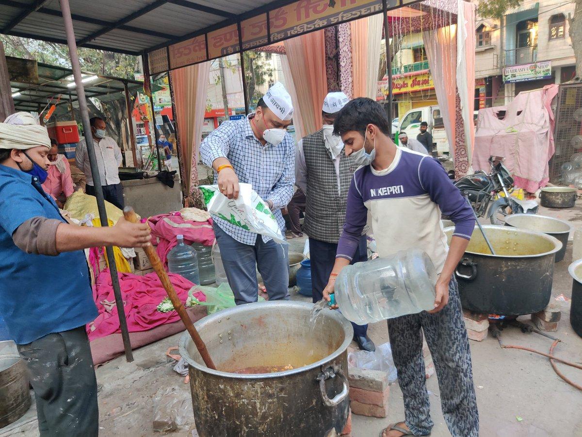 सभी किसान साथियों के लिये खाने की व्यवस्था हेतू रिठाला विधानसभा क्षेत्र में रसोई आरंभ कर दी गई।  कल सुबह से सन्त निरंकारी मैदान पर 1 लाख किसान साथियों के लिये भोजन की व्यवस्था रिठाला विधानसभा की ओर से की जायेंगी । @ArvindKejriwal @AamAadmiParty @SanjayAzadSln  @BhagwantMann