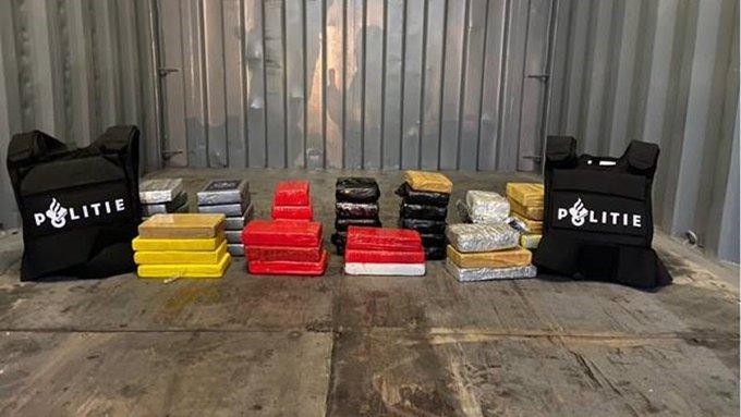 Pakketjes cocaïne aangetroffen in de Botlek https://t.co/neW4W8DKeg https://t.co/KiDKqfqKO4