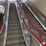エスカレーターの跡地に作られた階段!上るときに変な違和感しかない