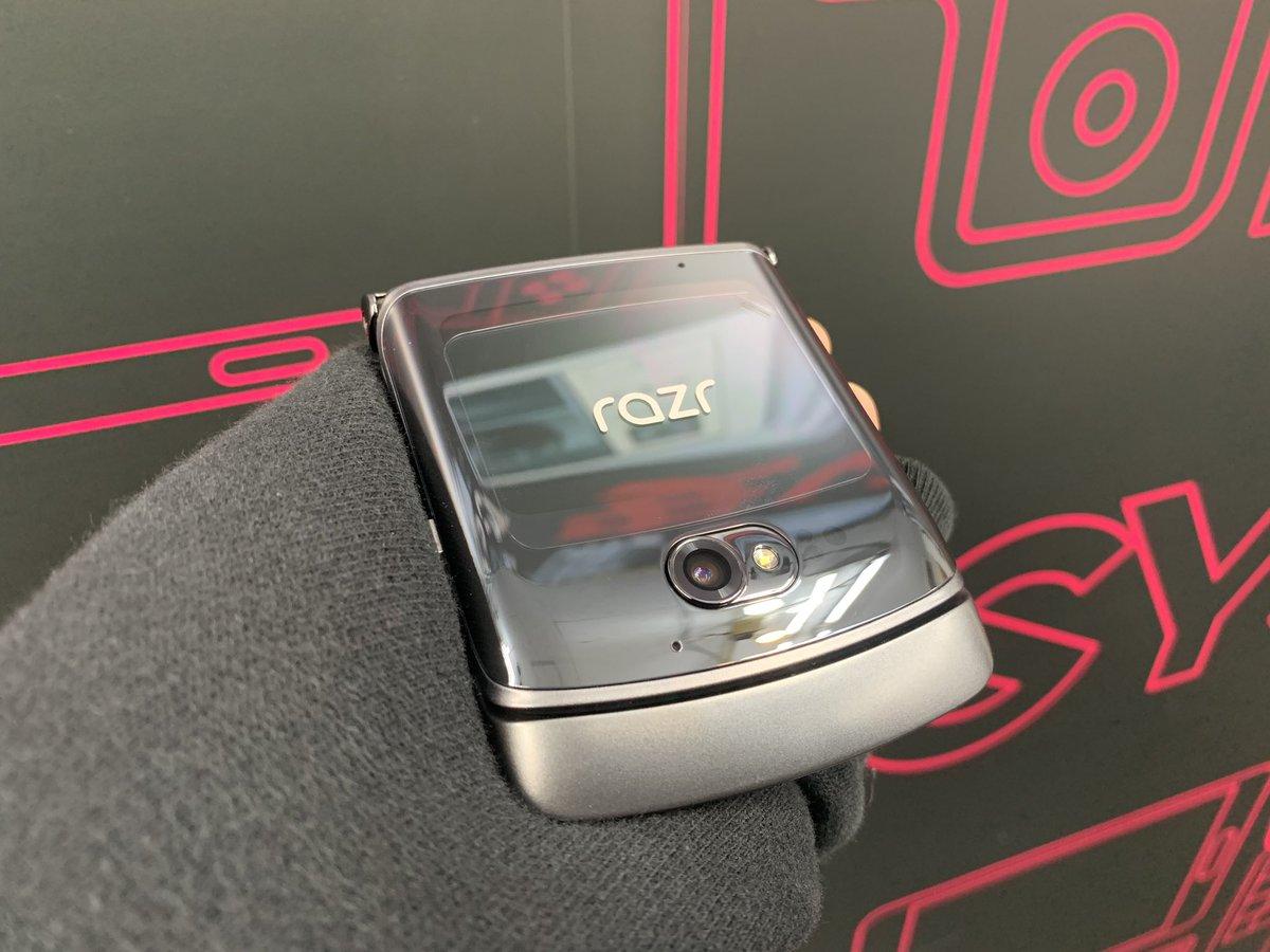 かっけぇ折りたたみ端末💖  【Motorola Razr 5G XT2071-4】 海外版 SIMフリー 未使用品 税込179,800円  スナドラ765 メモリ8GB  5G対応 最新の2つ折スマホが登場!  いろいろ写真映えするので 4枚選びきれず続きます✨  #akiba #イオシス #MotorolaRazr https://t.co/S1eowHsQCj