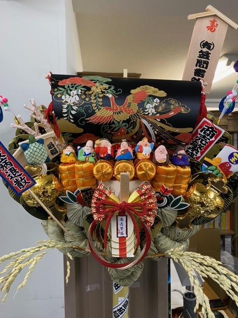 麻布十番・十番稲荷神社の三の酉市で熊手を購入。 竹の部分に『#言いにくいことはっきり言うにゃん』の著者 #Jam 先生描き下ろし千社札シールを貼り付けました。 七福神とアマビエが弊社を見守ってくださっています。 皆様もお幸せになるようお祈りいたします。