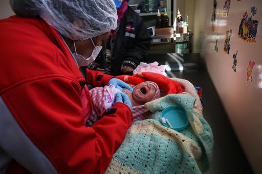 Con solo 2 días de vida, la pequeña Mayra ha recibido ya su primera vacuna, contra la tuberculosis, en el centro de salud de El Alto, en #Bolivia. ¡Las vacunas son #pequeñassoluciones que nos ayudar a proteger a los bebés de enfermedades prevenibles!
