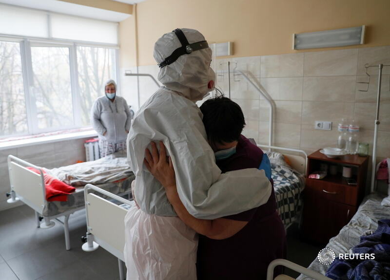 A patient embraces a doctor in a hospital for people infected with the coronavirus in Kyiv, Ukraine. More photos from the COVID frontlines: https://t.co/sf2l6Nvu50 📷 Gleb Garanich https://t.co/wIsmLmzw49