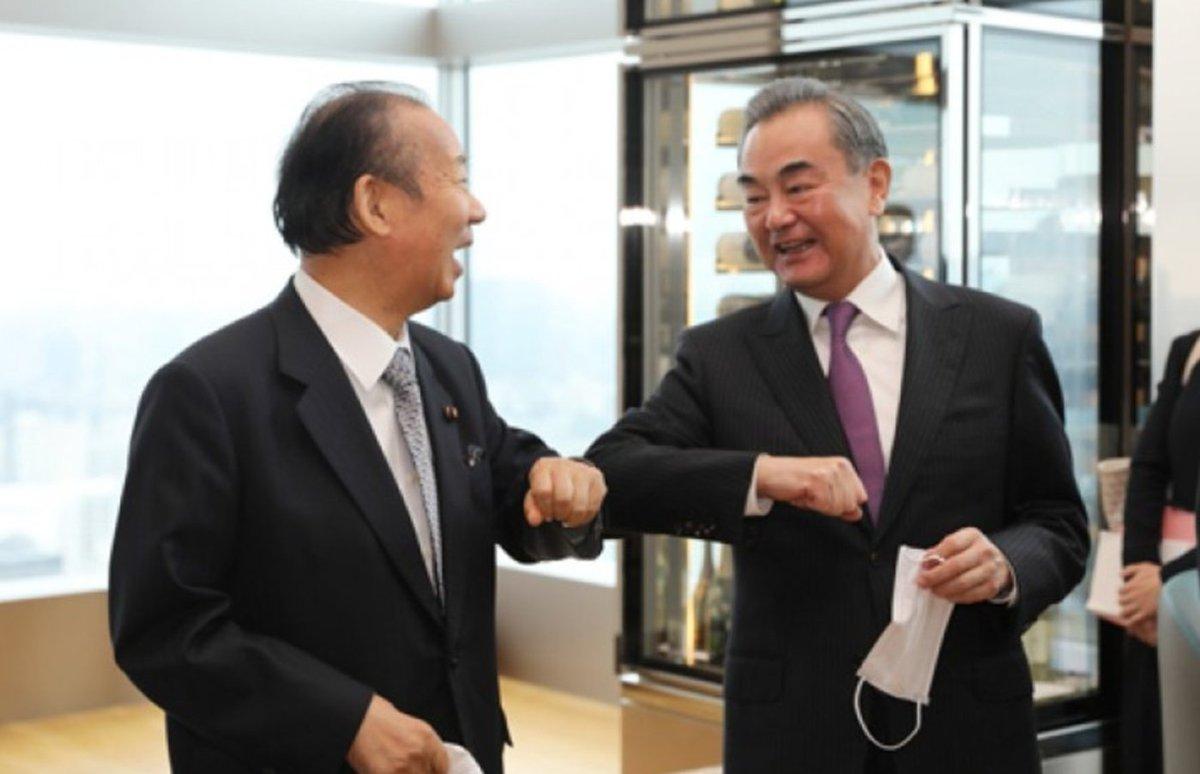 """""""大国""""ニッポンの首相、外相、与党幹事長が揃いも揃ってご覧の笑顔で王毅外相を大歓迎した事に世界は唖然。お蔭で8月の欧州歴訪でEUのお歴々に痛罵された王毅氏は大いに面目を施し、""""首""""が繋がった。菅−二階−茂木では中国に遊ばれるだけ。日本は至急、対中シフトの構築を。"""