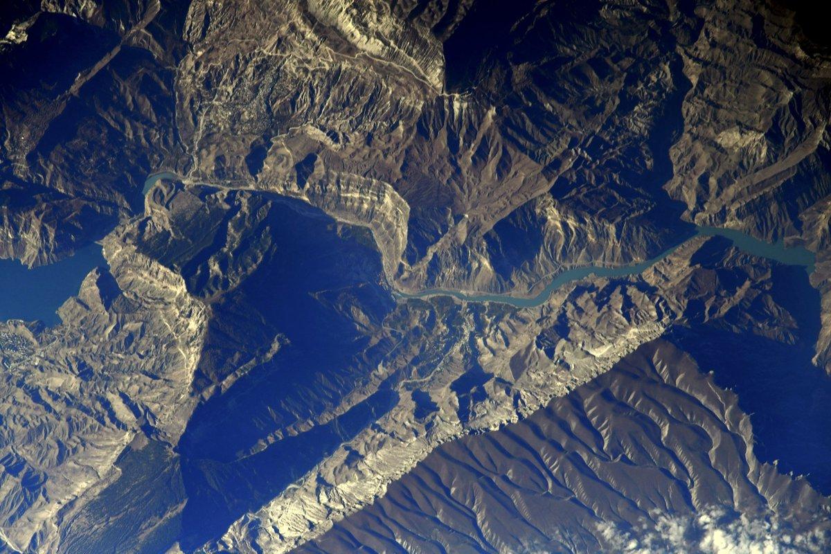 #СулакскийКаньон – одна из живописнейших достопримечательностей Дагестана. По своей длине с Гранд Каньоном он состязаться не может, но по глубине превосходит его и является самым глубоким каньоном Европы. Голубая вода и отвесные скалы выглядят чарующе даже с высоты в 420 км. https://t.co/LnTVfJK3zu