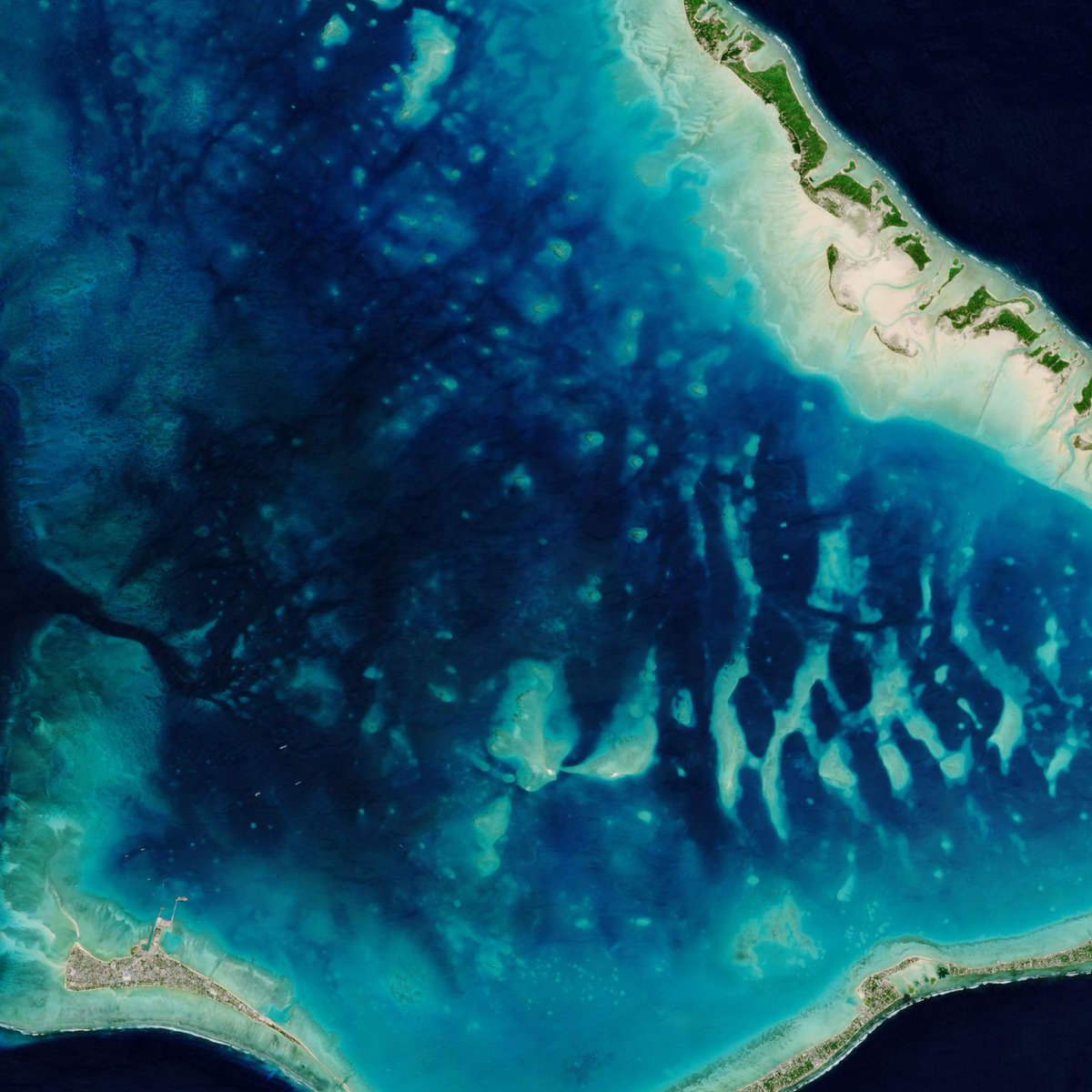 #EarthArt Sunday brings us over the turquoise waters of the Tarawa Atoll in the Republic of Kiribati😍 Kiribati is one of the lowest-lying nations on Earth, with many of the country's atolls and coral islands rising no higher than 2 m above sea level. ➡️