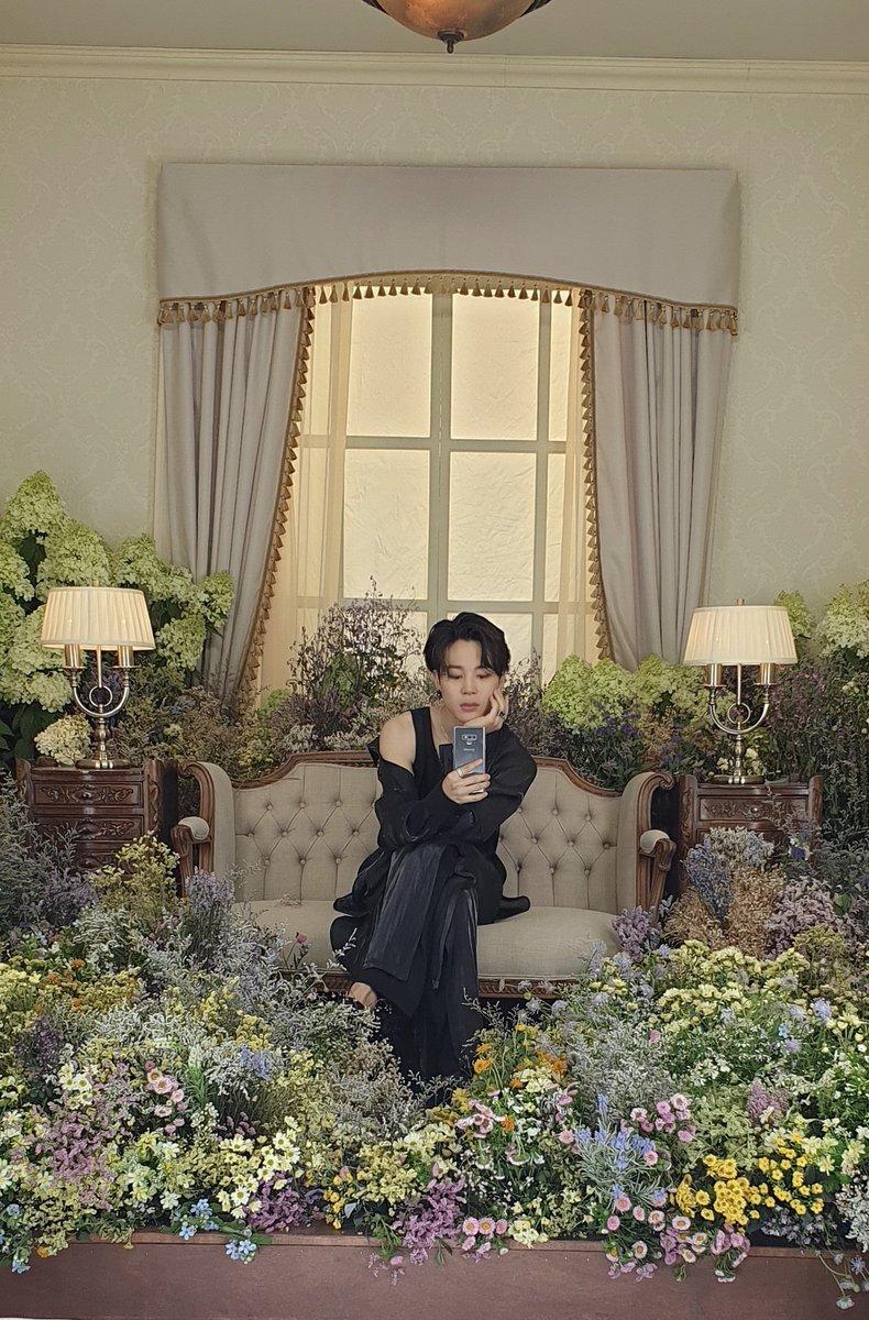 @jeonbubbles @BTS_twt YESS JIMINAAH U R THE BEST FLOWER 🌹😘💜💜💜💜💜💜💜💜 https://t.co/n1haYRWRaV