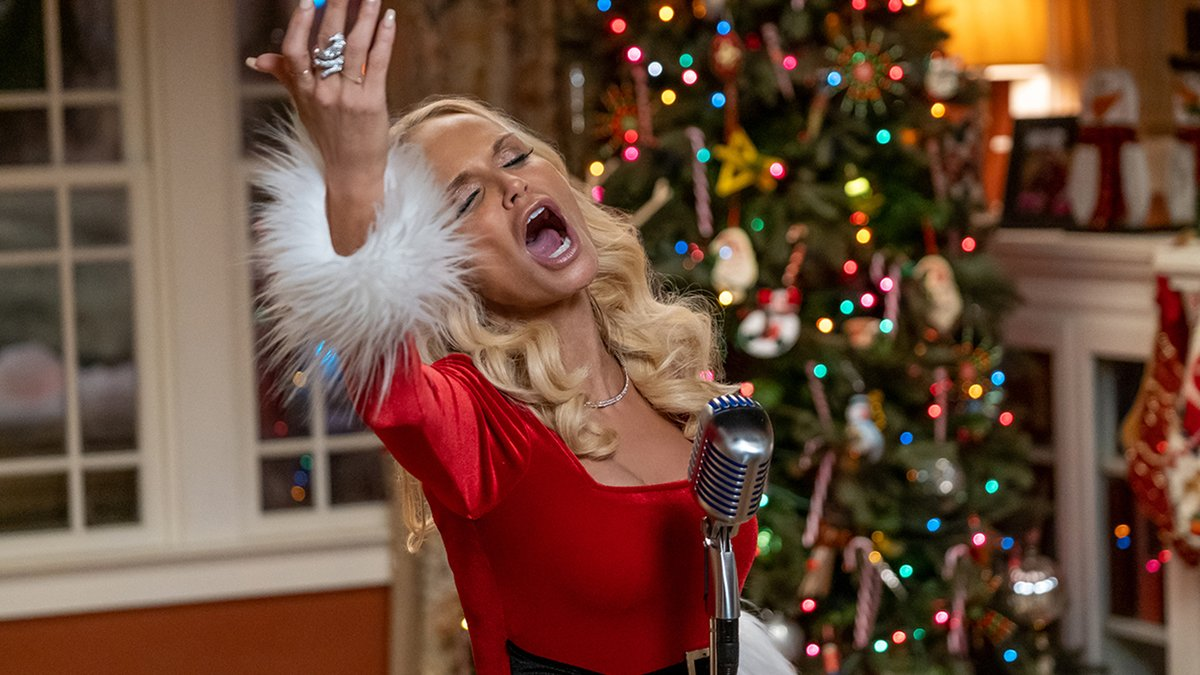3. #Holidate (2020) It's about *all* the holidays, so it probably won't be a must watch every year. But it's actually funny and Kristin Chenoweth delivers.   Review:   🧣🧣🧣🧣