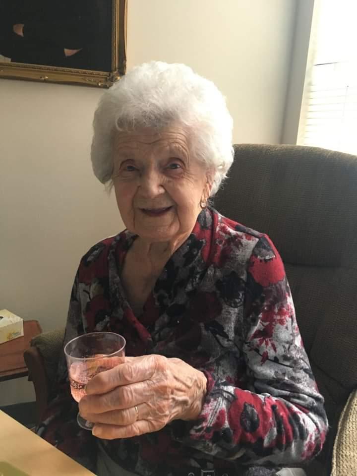 Elle, c'est ma grand-maman d'amour. Et hier, elle a eu 105 ans. 🥰 Elle est extraordinairement moderne, lucide, aimante. Quel bonheur de l'avoir encore avec nous. Je t'aime grand-maman ❤❤❤