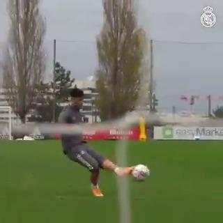🎥 INSIDE TRAINING ⚽ ⚒️👊 Last training session before tomorrow's match! 🔜 @Alaveseng 📺 FULL VIDEO 👉   #HalaMadrid | #RMCity