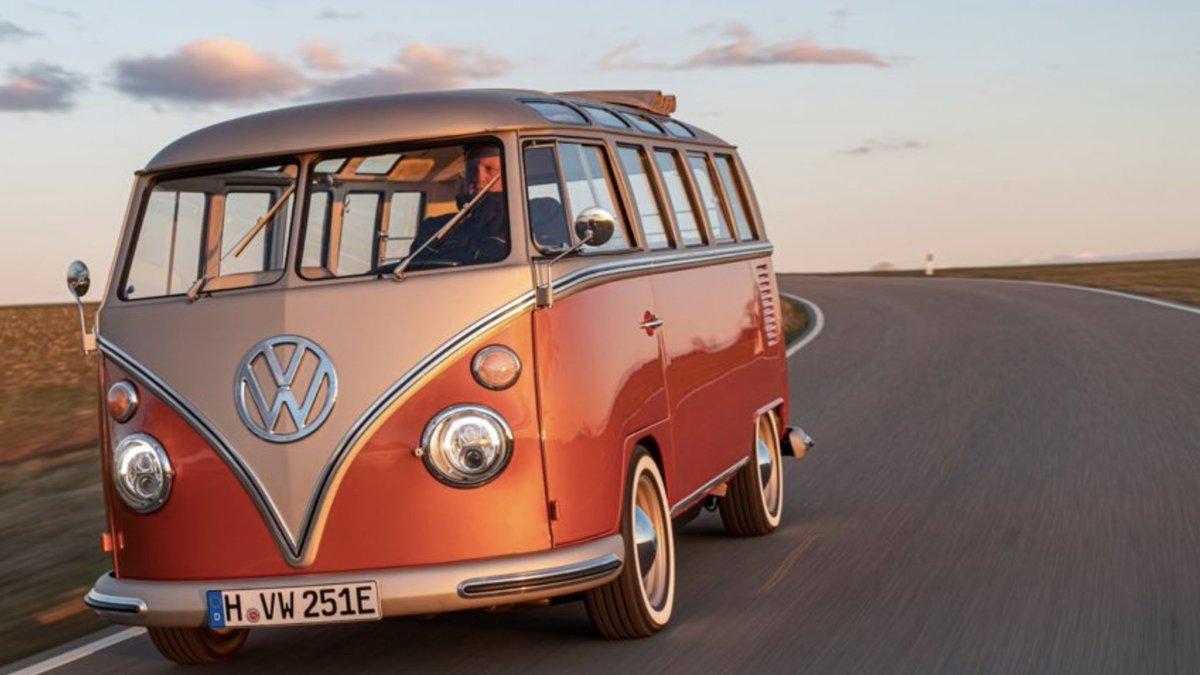 انتبهت #فولكسفاغن الى عشق الناس للسيارات القديمة وقررت اعادة احياء   الباص الصغير الذي لاقى رواجا كبيرا في العالم  VW T1 Sambabus  كسيارة كهربائية ب قوة 83 حصان أقوى بمرتين من الباص القديم الذي نزل الأسواق عام 1966   #صنع_في_المانيا   #made_in_germany   #MadeInGermany
